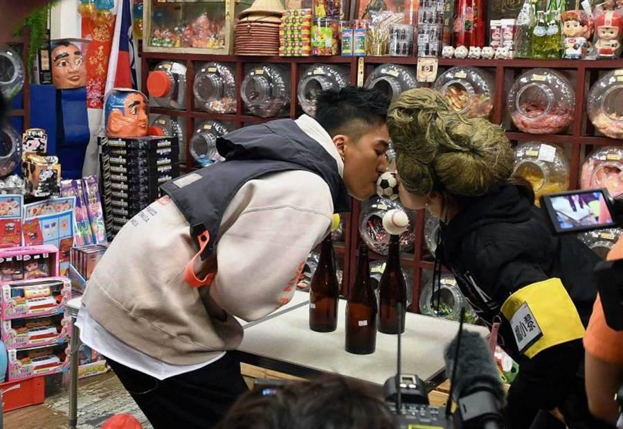 婁峻碩(左)和楊小黎一同挑戰嘴對嘴傳球。(圖/華視提供)