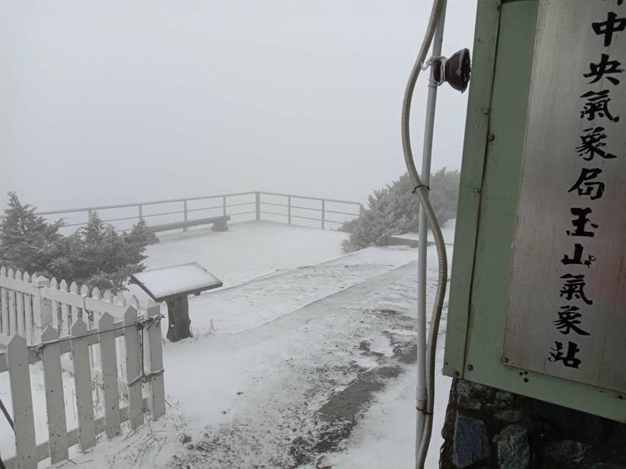 玉山今晨7時降雪。(圖/氣象局玉山站提供)