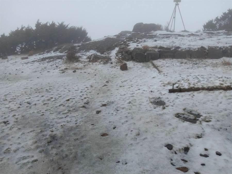 玉山又下雪了,今晨積雪0.5公分。(圖/氣象局玉山站提供)