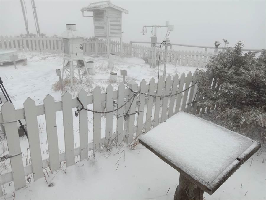 玉山下雪。(圖/氣象局玉山站提供)