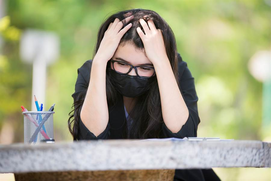 出門隨手抓2黑口罩 拆開一看她羞爆(示意圖/達志影像)