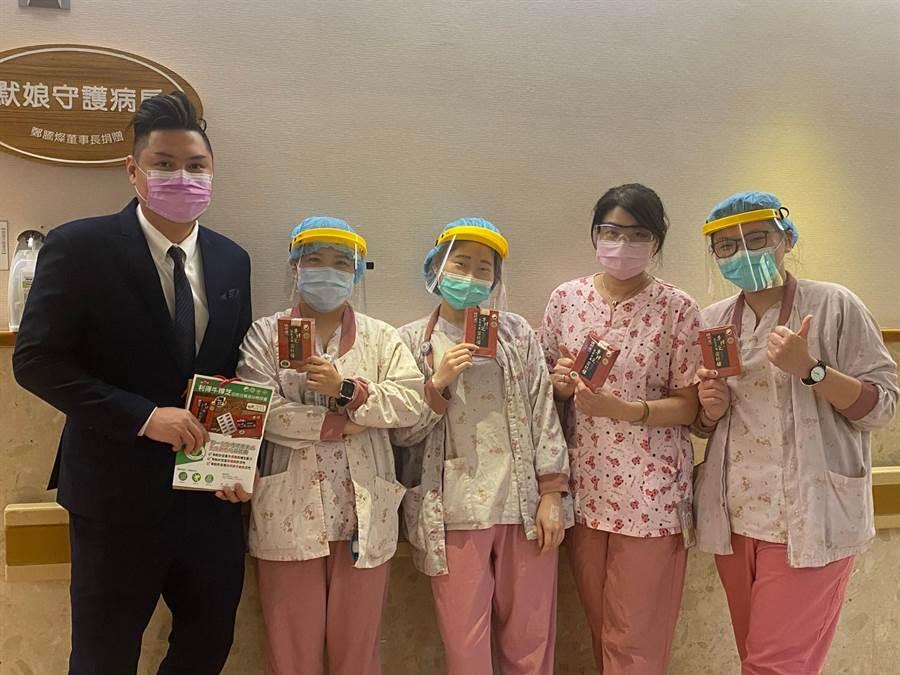 台灣利得送上「利得牛樟芝膠囊」,感謝臺安醫院急診部及護理人員。(圖/台灣利得牛樟芝提供)