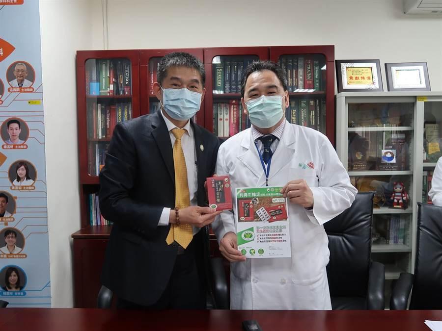 台灣利得總經理林進忠(左)親自到榮總,向急診部主任顔鴻章(右)表達力挺醫護的心意。(圖/台灣利得牛樟芝提供)