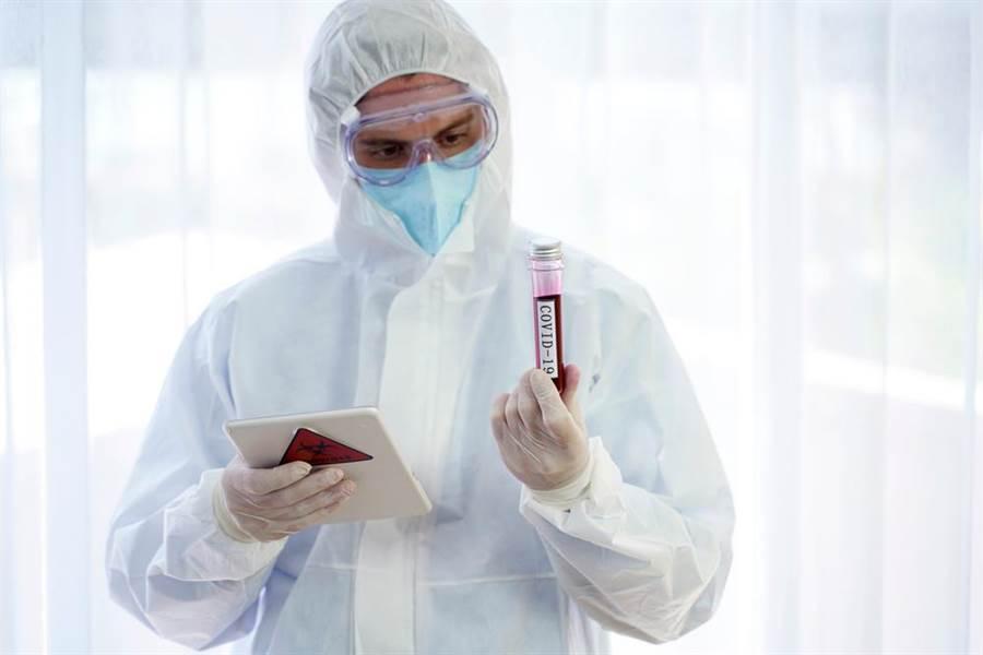 醫護上工先闖12關,口鼻戴3層超艱辛,網看完影片全淚崩。(示意圖/Shutterstock)