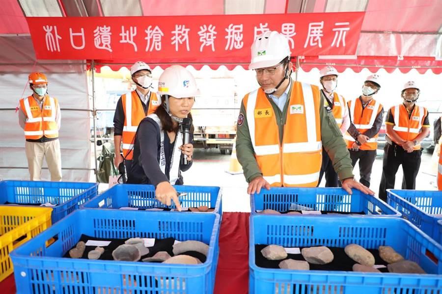 考古團隊主持人顏廷伃(左)說明「朴口遺址」搶救成果,交通部長林佳龍(右)肯定施工單位、考古團隊共創工程進度與文資保存雙贏。(王文吉攝)