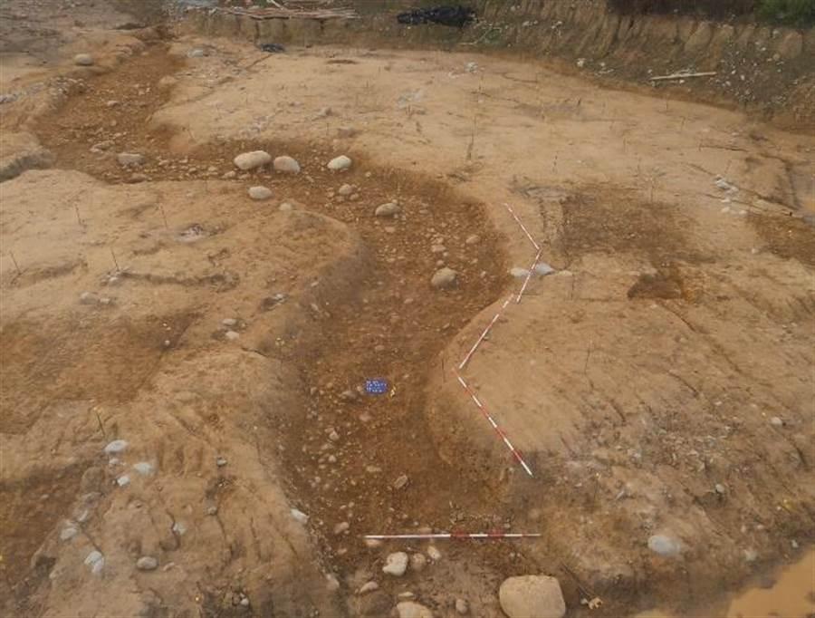 考古團隊在「朴口遺址」持續發現土石流沖刷溝遺跡,研判史前人類在4000年前就受到天災地變威脅。(言古文化提供/王文吉台中傳真)