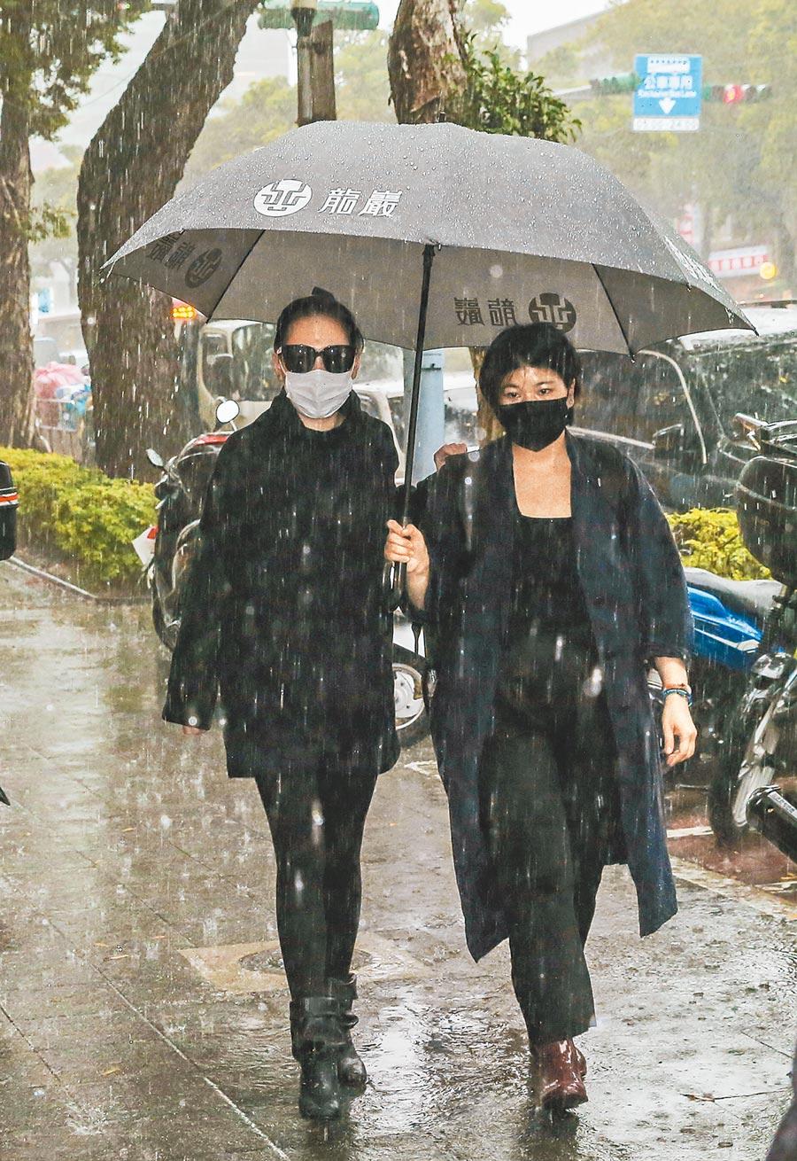 小S(左)昨穿一身黑,冒雨也趕來劉真靈堂替辛龍打氣。(盧禕祺攝)