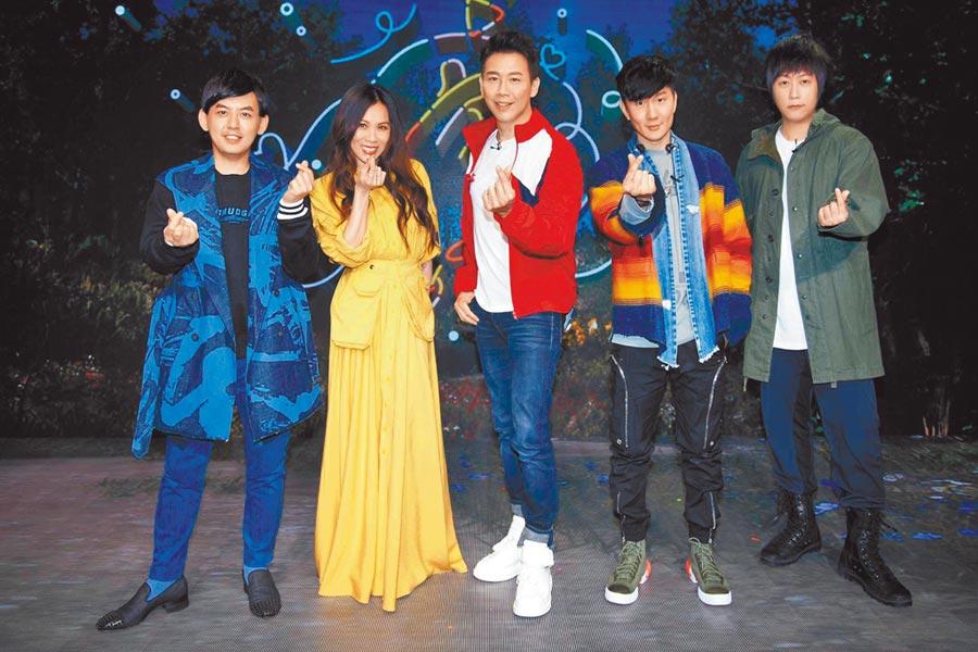 阿信(右起)、JJ、陶喆、蔡健雅及黃子佼昨難得齊聚一堂。(華納提供)