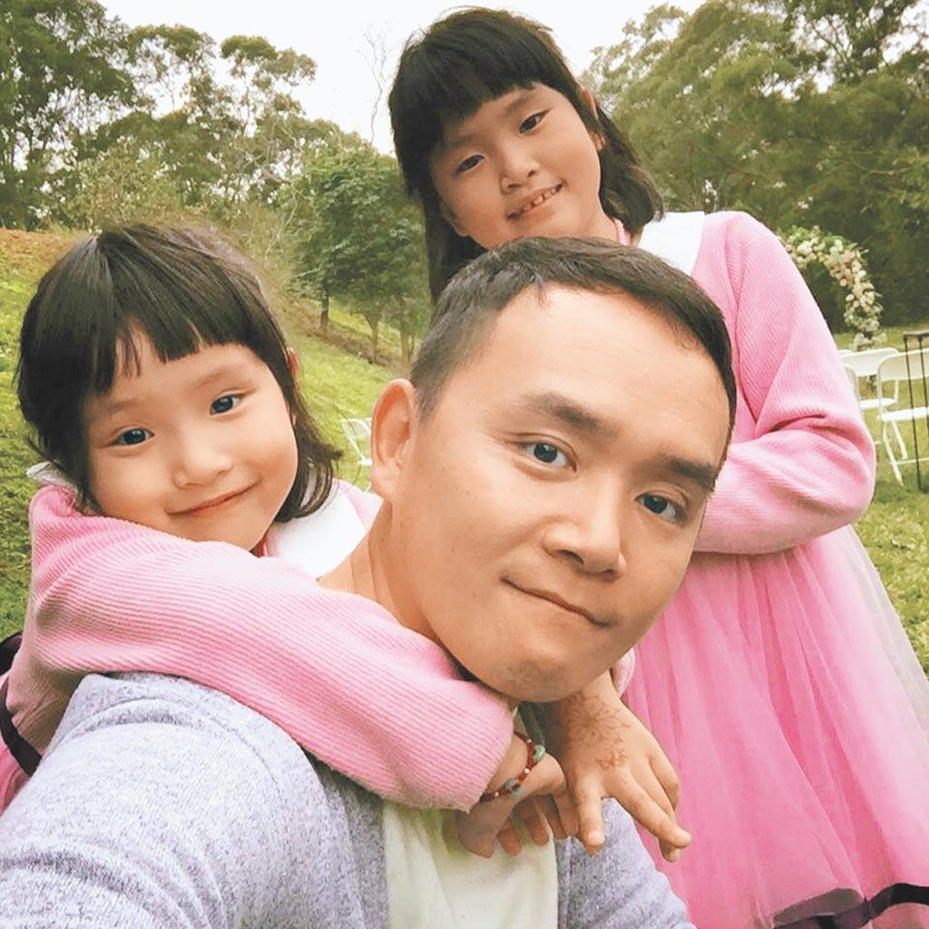 在新竹經營輪胎行的謝豐旭「老謝」,在Tiktok闢「@輪胎行老謝」與家人們拍攝短視頻。(新竹竤騰輪胎行提供)