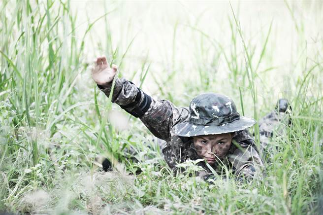 士兵怕戰死躲叢林 28年後回國變英雄