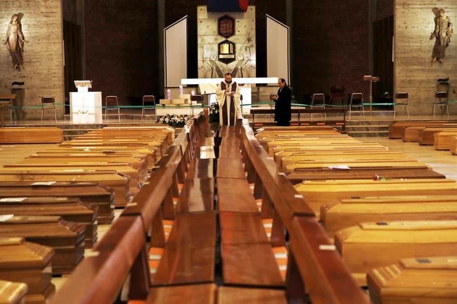 新冠肺炎延燒全球,義大利死亡人數已突破1萬人,當地教堂擺滿棺材。(圖/美聯社)