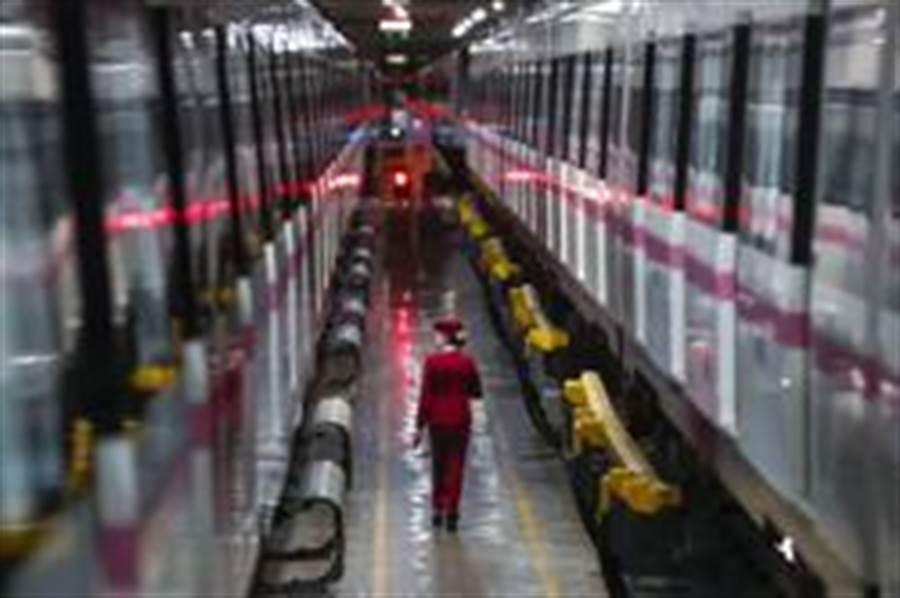 3月28日,武漢地鐵運營有限公司司機吳亞在常青車輛段檢查車輛情況。(照片取自新華社)