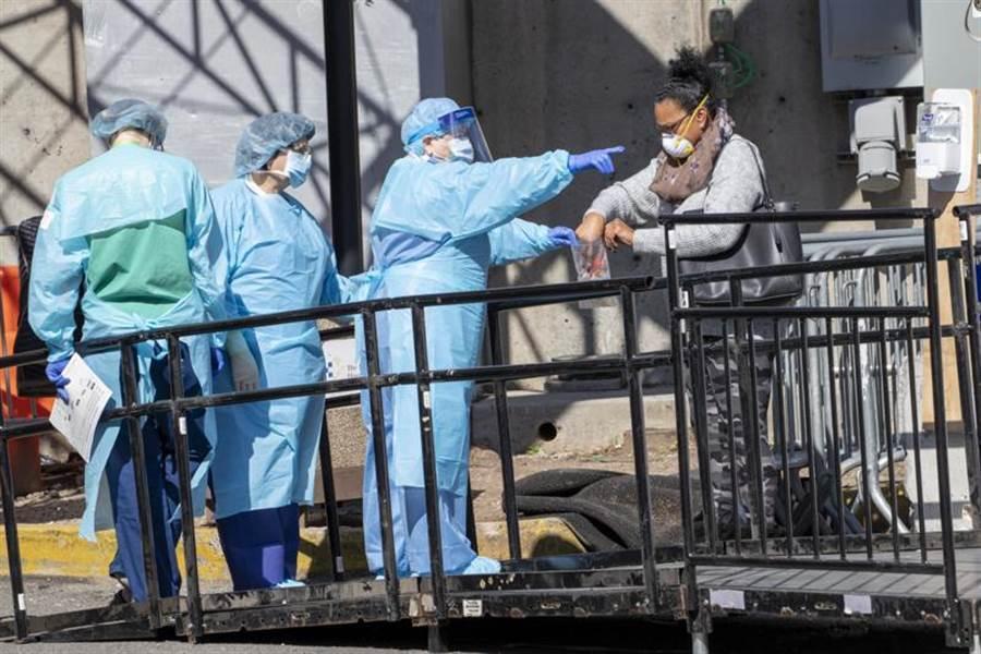 美國紐約一名住院醫師爆料,院內感染嚴重,幾乎每家醫院都崩潰了!圖為紐約布魯克林醫院中心醫護,非此新聞當事人。(示意圖/美聯社)