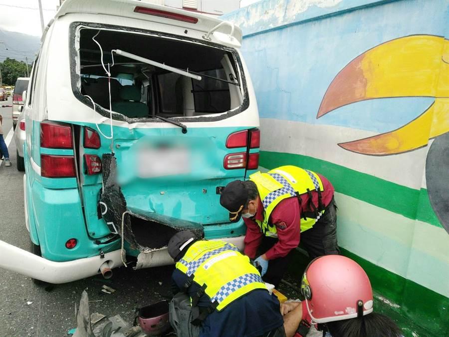 花蓮新城鄉嘉里村1名騎士不明原因自撞路旁小貨車身亡。(許家寧翻攝)