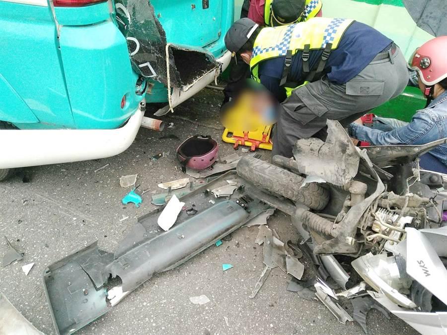 機車車頭嚴重毀損,騎士送醫搶救3小時不治。(許家寧翻攝)
