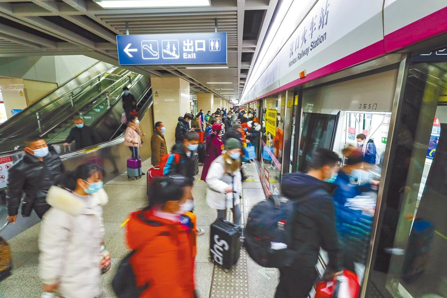 武漢疫情緩和,交通陸續恢復營運,3月28日,在武漢市漢口火車站地鐵站乘客排隊上車。(新華社)
