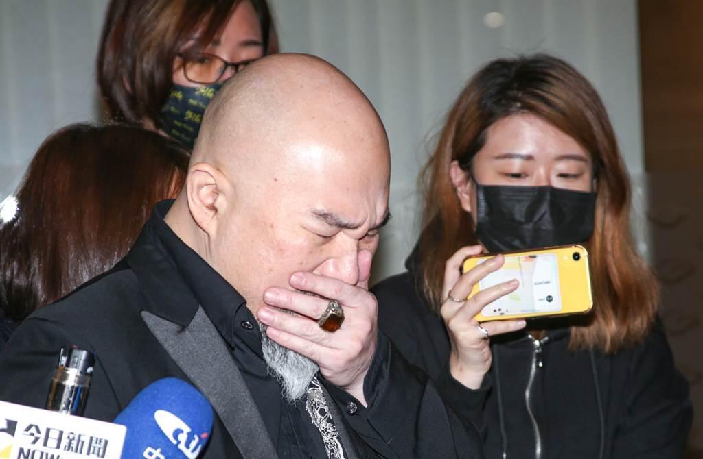 辛龙29走出刘真灵堂,情绪忍不住崩溃。(图/本报系资料照)