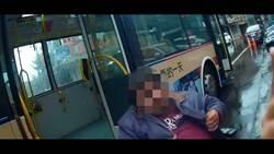 公車斜板損壞故障 金山警協助身障男下車