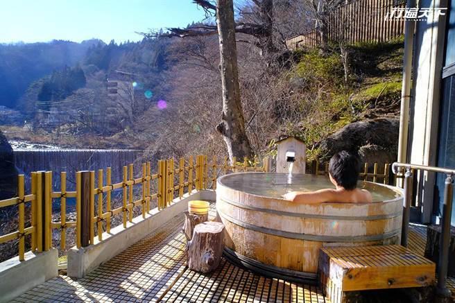 山水莊露天浴池能直接面對壯闊的瀑布,聆聽水聲迎接微風(圖片提供/若旦那們)