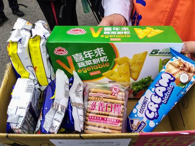 竹北市公所在縣府防疫包內加碼送5包泡麵和3種餅乾。(羅浚濱攝)
