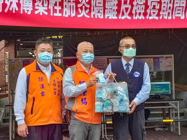 竹北市長何淦銘(中)爭取企業贊助消毒環境用的次氯酸粉,贈予台灣大車隊、大都會和第一無線計程車。(羅浚濱攝)