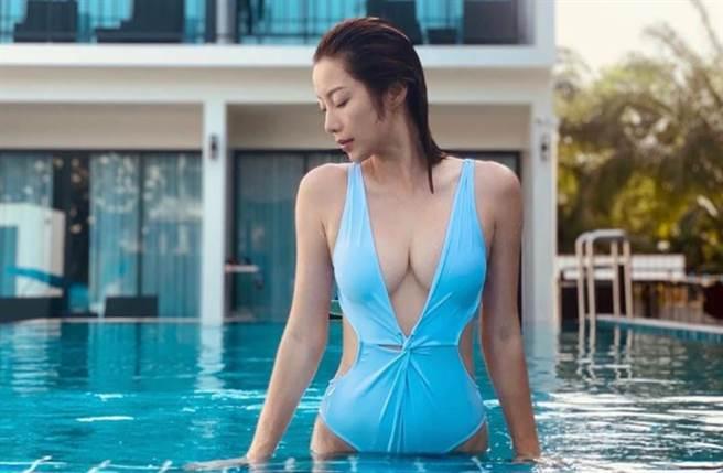 32歲香港女星楊柳青發出一系列的超深V比基尼美照。(圖/IG@wiyona)