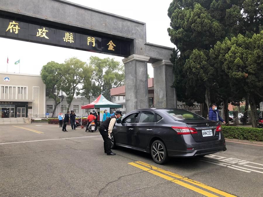 縣府通報員工將車輛通行證放在明顯地方,讓管制作業更加流暢。(李金生攝)