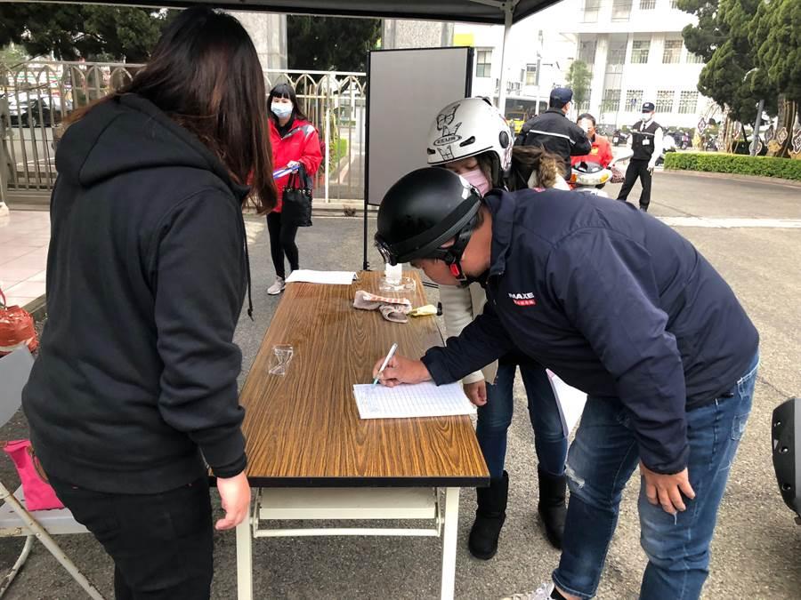 洽公的民眾也應一律戴口罩,並在大門口量測體溫及登記到訪資料後,才能進入縣府,以便日後追蹤作業。(李金生攝)