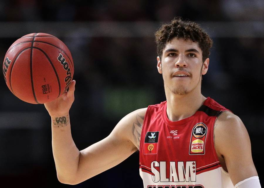美國籃球專家認為暴龍有意找勇士和七六人進行三方交易,選秀會目標鎖定「球弟」拉梅洛鮑爾。(美聯社資料照)