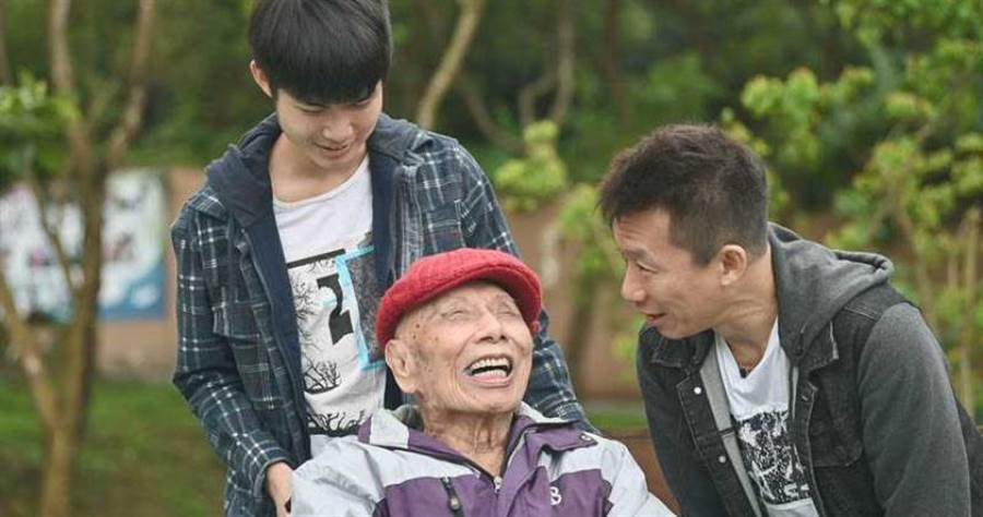 郭子乾帶著兒子郭德君做公益,一起探望參與過823砲戰的榮民楊爺爺。(圖/台灣優質協會提供)