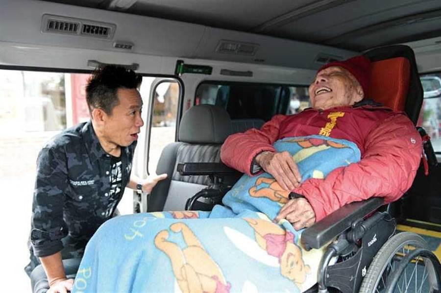 和因戰爭失去手指的楊爺爺聊天時,郭子乾坦言會想起已逝的父親。(圖/台灣優質協會提供)