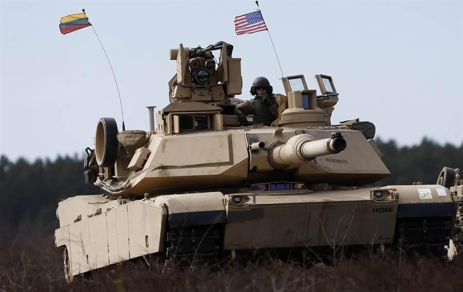 美軍M1A2主戰車將加速進行升級,以應對俄、中軍事技術快速發展。(圖/美聯社)