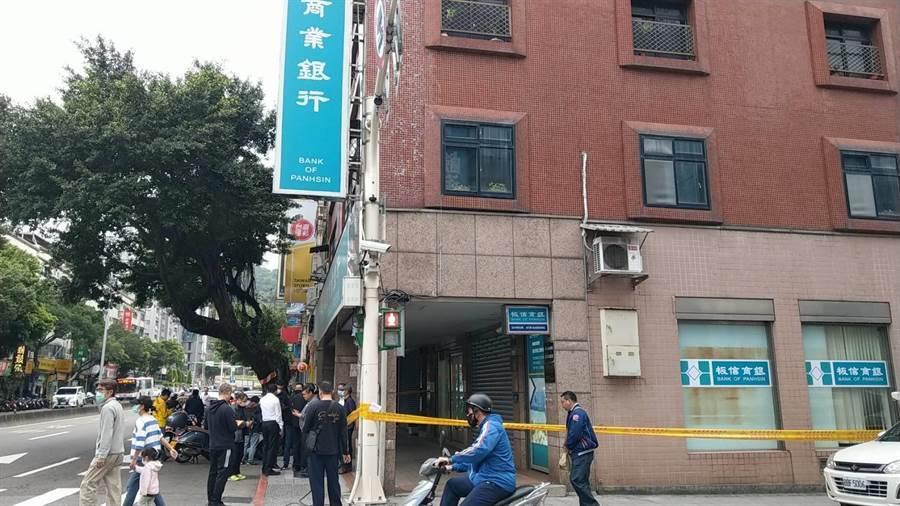 北市大直板信銀行遭持槍歹徒侵入搶80萬,1保全大腿中彈送醫。(胡欣男翻攝)