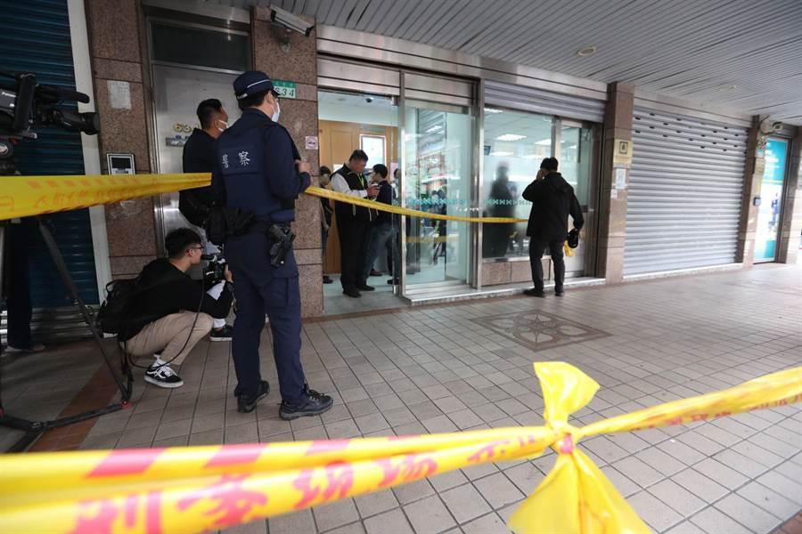 台北市大直板信銀行30日上午10點半左右發生一起持槍搶案,警方發現搶匪在8點多就趁司機下車尿尿時竊走一輛計程車,1小時後就用來犯案。(劉宗龍攝)