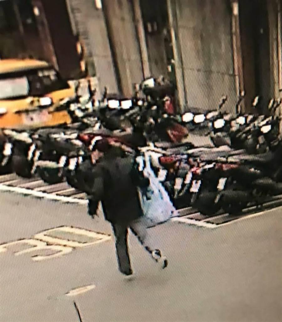 監視器拍下搶匪得手後,拎著整袋現金離開的畫面。(民眾提供)