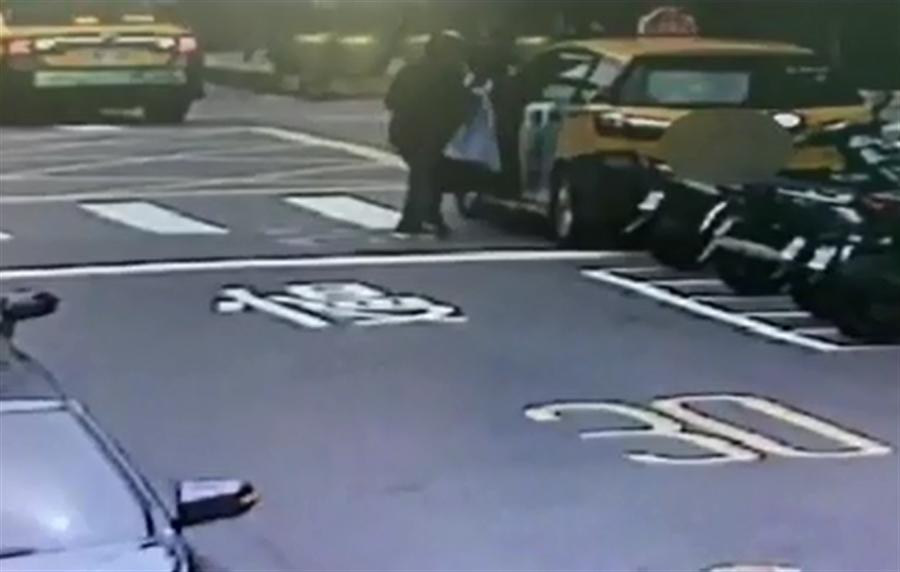 一名搶匪持步槍搶劫板信銀行並射傷保全後搶得80萬,得手逃逸後開著偷來的計程車畫面曝光。(胡欣男翻攝)