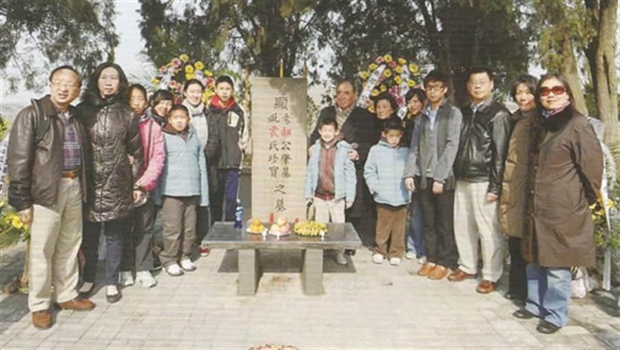 郝柏村1999年4月首度返回鹽城郝榮村祖居,在已重建的父母墳前與大陸親屬們合影。(圖/大公報)