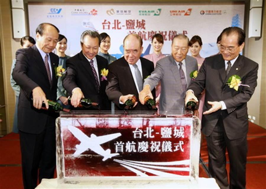 華信航空於2011年新闢桃園-鹽城航線儀式,邀郝柏村(中)出席。(圖/華信航空)