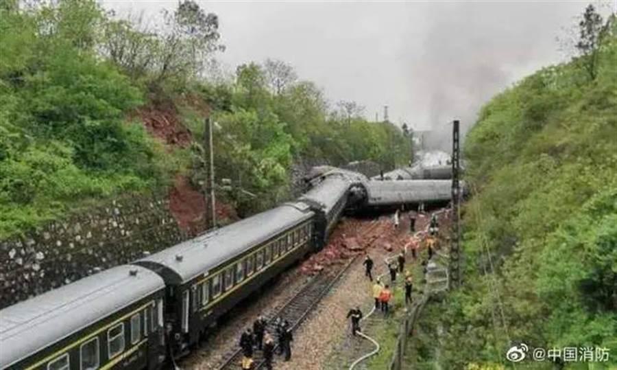 京廣線湖南省郴州境內,T179次(濟南至廣州)列車發生脫軌側翻事故現場。(取自中國消防微博)