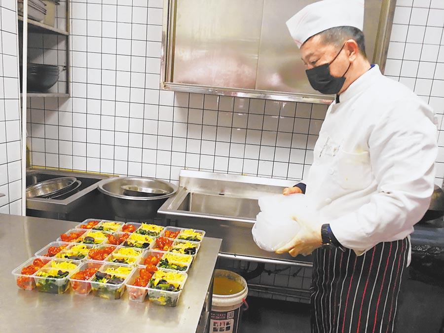 天津南開區的社區工作者準備「愛心餐」。(劉波攝)