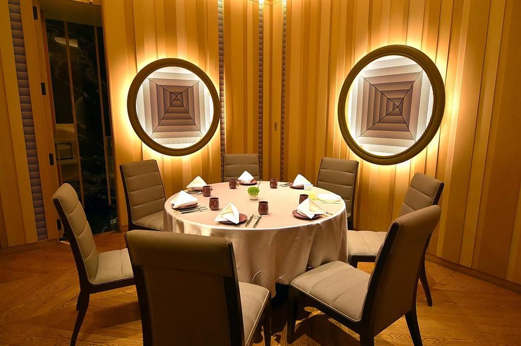 台北萬豪酒店〈宴客樓〉中餐廳推出「口福小宴」4人餐,並大幅降低包廂基本消費門檻,午餐只要2400元就可在附設洗手間的包廂享用。(圖/姚舜)