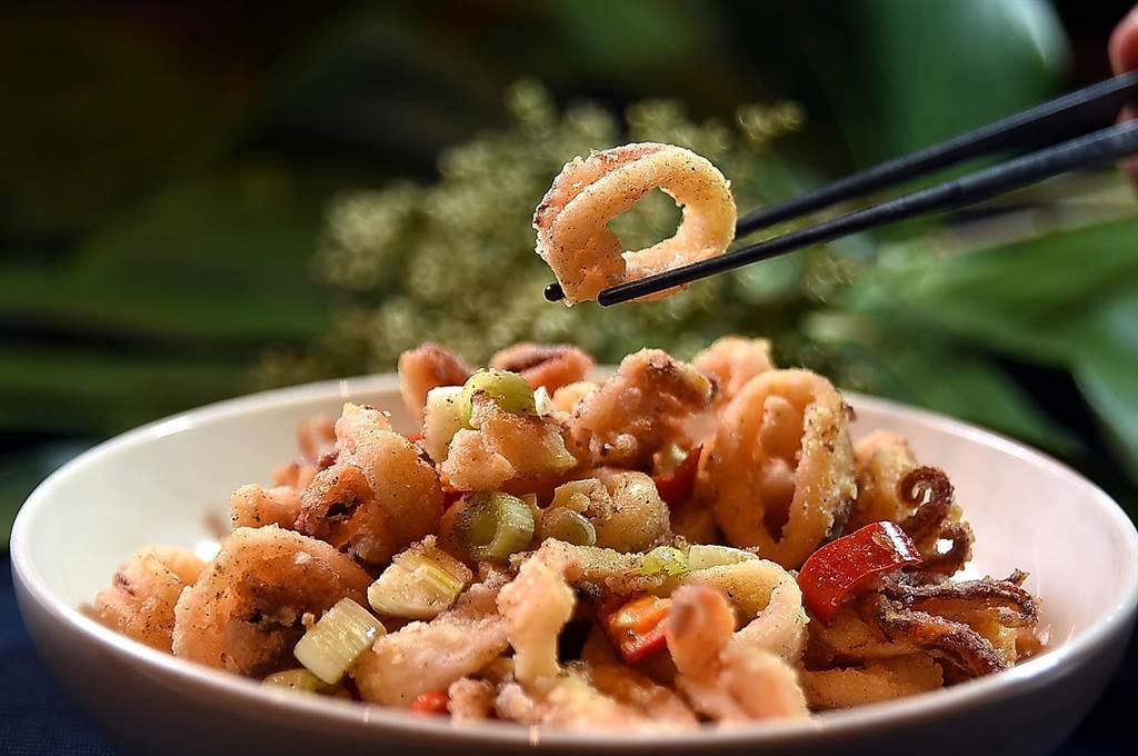 台北萬豪〈宴客樓〉的「口福小宴」4人套餐中的前菜之一〈椒鹽小卷〉,表層酥香、內裡柔嫩,非常開胃。(圖/姚舜)