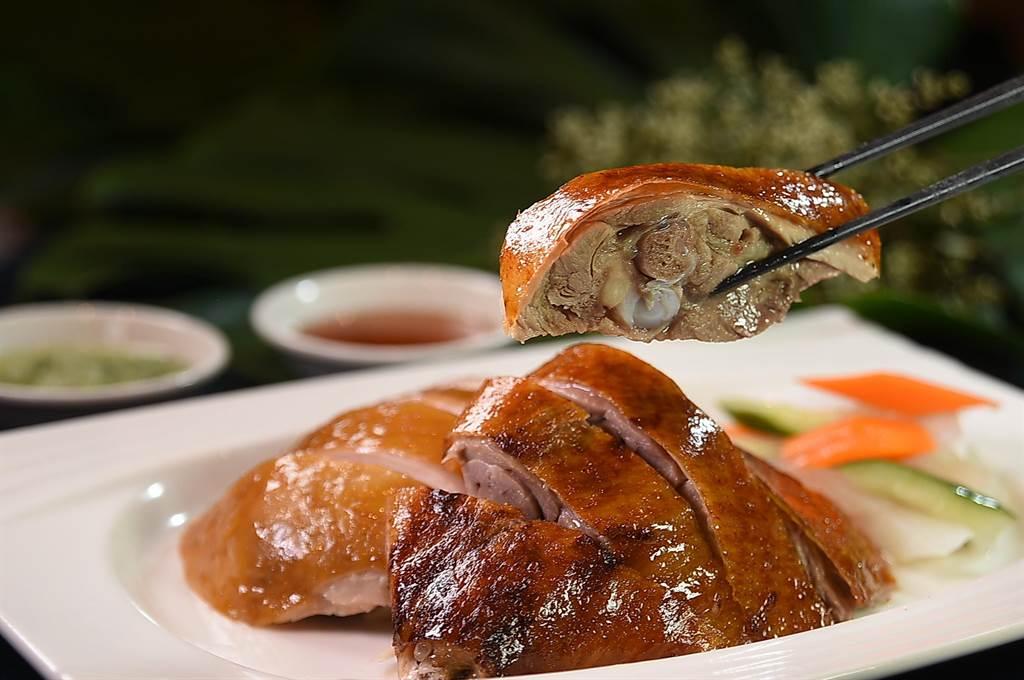 台北萬豪〈宴客樓〉的「口福小宴」4人套餐中的主菜〈港式燒臘雙拼〉,是用〈金牌燒鴨〉拼〈港式油雞〉。(圖/姚舜)