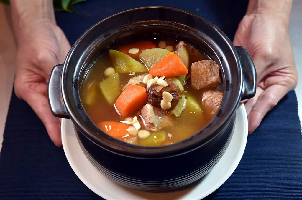 台北萬豪〈宴客樓〉的「口福小宴」4人套餐中含有港式老火煲湯,本周出的是〈青紅蘿蔔燉排骨〉。(圖/姚舜)