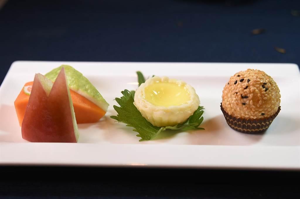 平均每人只要600元的台北萬豪〈宴客樓〉的「口福小宴」,餐後點心是〈美果佐迷你蛋撻與流沙芝麻球〉。(圖/姚舜)