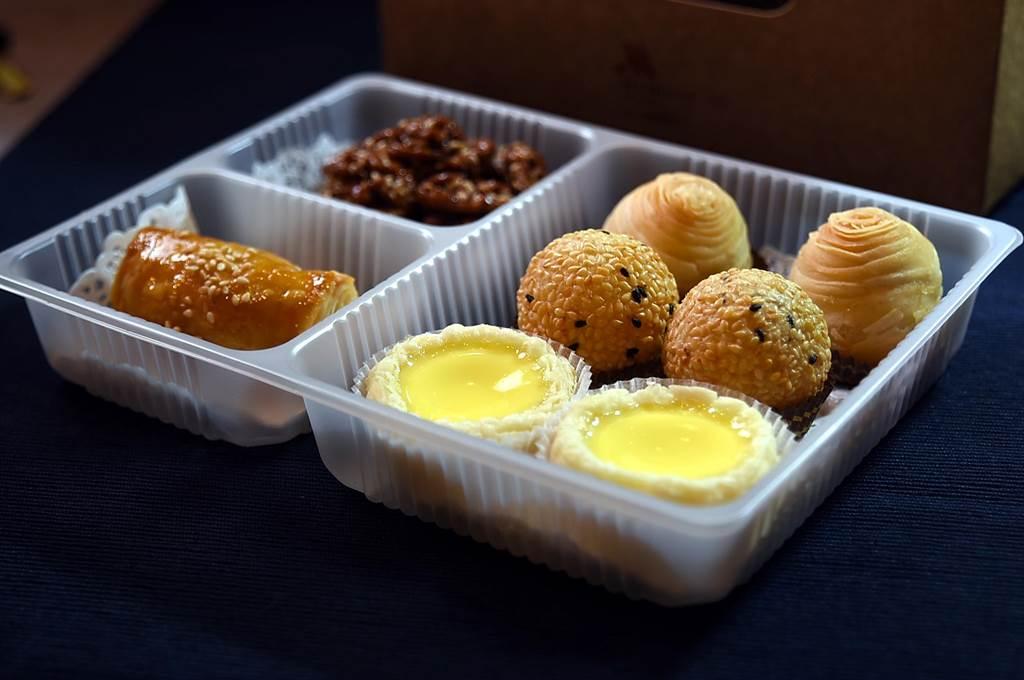 台北萬豪酒店針對簽約企業客戶準備的精緻港點盒,內有〈芝麻核桃〉、〈叉 燒酥〉、〈蘿蔔絲酥餅〉、〈流沙芝麻球〉與〈迷你蛋撻〉。(圖/姚舜)
