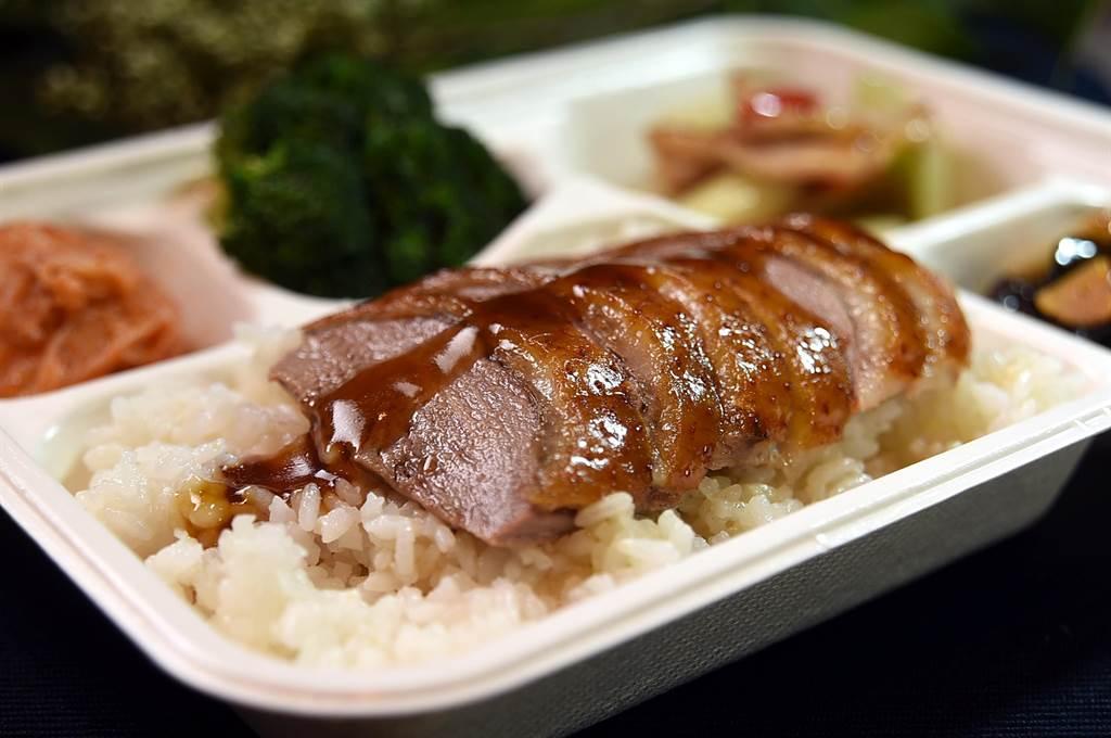 台北萬豪酒店推出的「精湛盒餐」,每份250元起且都有雙主菜,圖為〈黃金脆皮烤鴨〉搭〈炒松阪豬〉。(圖/姚舜)