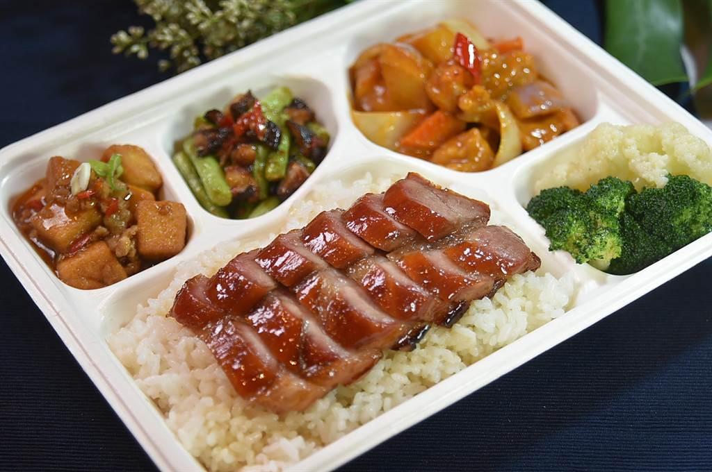 台北萬豪酒店推出的「精湛盒餐」選擇多樣,圖為〈極品蜜汁叉燒〉配〈咖哩雞〉,每盒250元。(圖/姚舜)