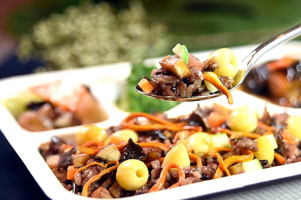 〈養生紫米飯〉盒餐主食是以五穀米、黑糯米分別蒸熟後,再加入炸香的牛肝菌、蟲草、木耳絲等食材以素蠔油炒製。(圖/姚舜)