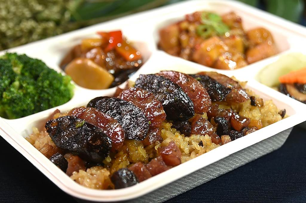 台北萬豪酒店〈宴客樓〉的人氣招牌美味〈臘味糯米飯〉,如今亦被列入「精湛盒餐」選項,每份300元。(圖/姚舜)